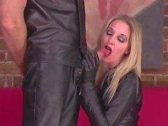 Latex Domina permet baise et sucer lors sa séance