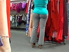 Чувственные красотка по серые брюки обходит вокруг магазина покачивания