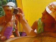 Dritt in einem Zelt