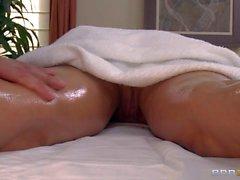 De MILF Diamantes Foxxx goza de masajes corporales desnudos