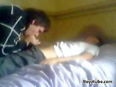 Giovane tizio fà succhiare dal cugino