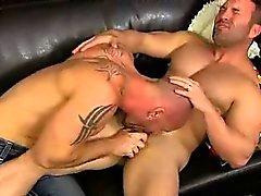 Ältere Pornstar Mitch Vaughns das Saugen an einem prallen Schwanz