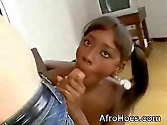 Genç Afro Babe Sucking Monstercock Ve Anal