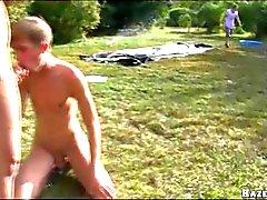 Выплескиваться шаров на открытых Gangbang Гей Orgy