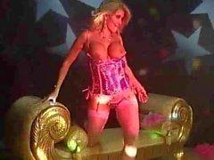 Milly D von Abbraccio - Noble blonden MILF dancing auf die Bühne