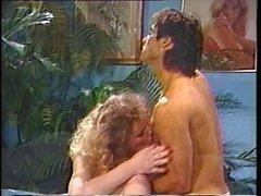 White vintage porn guy saugt und fickt einer Transsexuelle auf einer Massageliege
