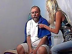 Tattoed blonde Teen 69ing vanhan jätkä