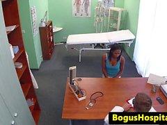 Eurobabe frisst uniformierten Krankenschwester Möse