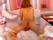 Huge klantskallar redhead Shemales masturbates hon cock på sängen
