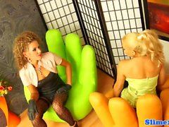 Glamour lesbica straponfucked e cumcovered