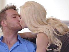 Lusty Teen Spinnerin Elsa Jean verführt ihren Chef für einen Blowjob