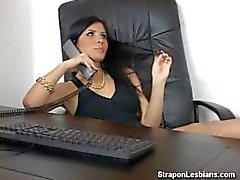 Blonde Arschfick mit Strapon von brunette