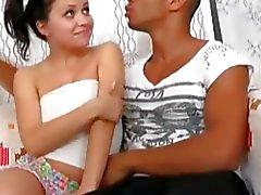 Vierges étudiant ayant des premiers rapports sexuels avec les types noirs et blancs