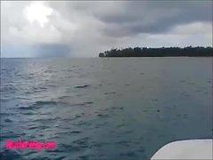 aller Heather profonde sur le bateau et marcher dans la jungle profonde donne un rapide