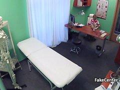 Milf enfermeira tem spunk em seus peitos