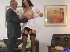 Hohe uniformierten Milf fingerfucked