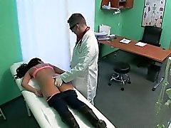 Bruna dei pazienti farsi massaggiò e dita