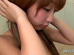 Asiatiques lubrique school girl donne titjob chaude dans une classe