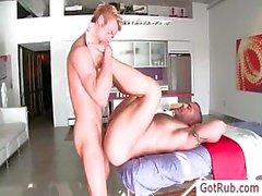 Muskulös Typen am Anfang seine dick eingerieben von gotrub