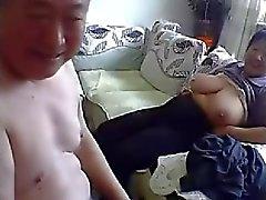 Alten chinesischen Couple Get Naked und die Fick auf Nocken