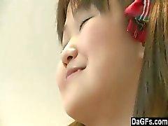 Jonge Aziatische tiener Discovering Haar Lichaam