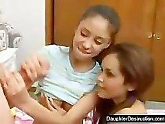 Twee schattige dochters delen een grote lul