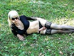 Lola Spais crossdresser i skogen