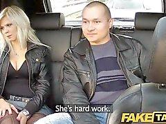 FakeTaxi большой сиськи блондинка на ебет об заднее сиденье