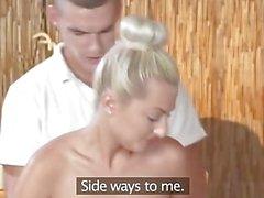 Massage Zimmer Geile petite blonde hat ihre rasierte Loch bis zum Maximum gefüllt