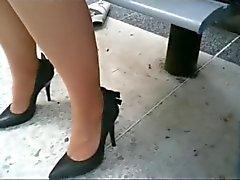 сексуальные ноги по автобусной остановке
