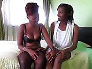 Geile afrikanische Babes spielen einander Pussies im Schlafzimmer