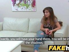 Fêmea do agente A sessão de fotos nua termina na masturbação e na lambida