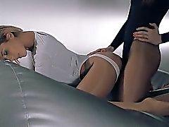 mujer en el pantyhose puta con el correa sobre el