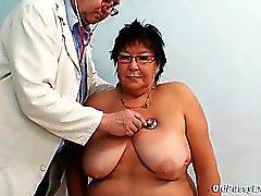 Storbystade äldre kvinna gynekologiska kliniken prov