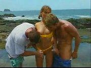 Nicolette Threesome am Strand