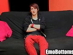 D'Emo twink Andy Kay en tirant sur ensuite sa queue rocheuse