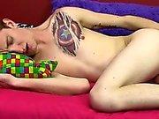 Милая и универсальный Skyler Evans пробует фаллоимитатор по заднице
