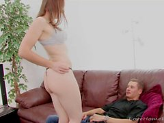 Heiße Freundin streift ihre Kleider und wird gefickt