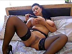 British зрелая телка Даника играет сама с собой на кровати