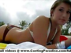 Di Sasha chick teen indipendente con tette naturali e culo grande sono lampeggia pubblici la figa sulla spiaggia di