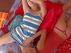 Munter Babys Schlitzen neben zerreißen