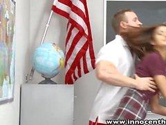 InnocentHigh Smalltits schoolgirl teen cavalca cazzo gli insegnanti