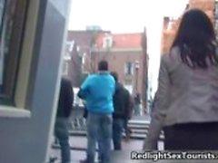 Возбужденный Польский туристов идет в Нидерландский