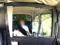 Fahişe bebeđim arka koltuğuna taksi şoförünün büyük sabit horoz emmek