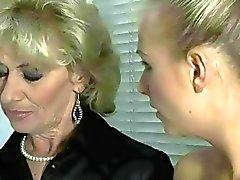 Heißer Grandma and sexy Teen Blondine