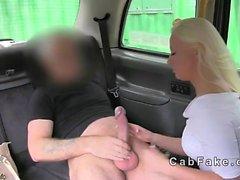 Amatrice baisée dans britannique de faux le taxi