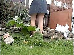 Spionaggio a mia madre lavora in giardino per . Cui lei usura slip