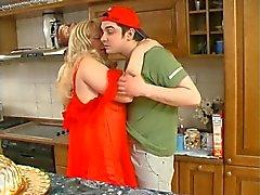 Bbw blondine se bourré à la cuisine