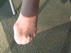 Candido sexy piedi in Nylon da al College Library con il fronte del