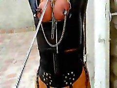 Della donna legata al guinzaglio